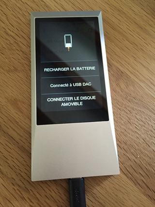 Connecté en USB : pour recharger la batterie, pour le DAC USB ou le transfert de fichiers