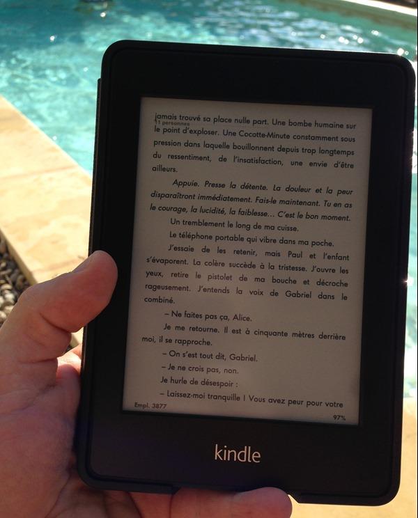 Lecture en plein soleil au bord de la piscine