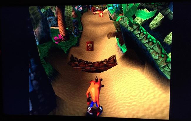 Crash Bandicoot en version PS One sur un téléviseur 55 pouces