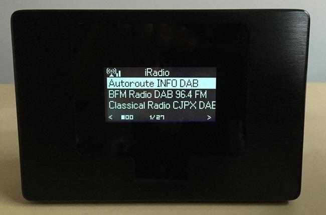 Un écran de grande taille et bien lisible pour le choix des stations radio par Internet