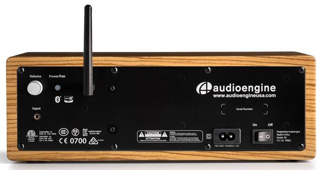 Audioengine - face arrière avec les connectiques : entrée anlogique mini-jack, appairage Bluetooth et l'antenne pour la liaison sans fil