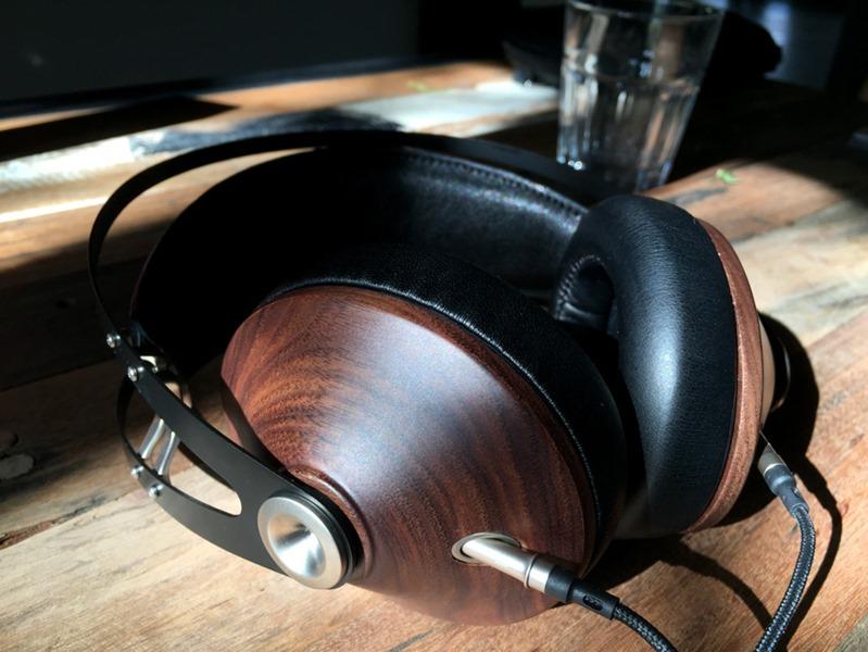 Le casque audio Meze 99 Classics et ses coques en bois de noyer