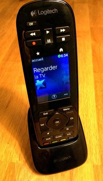 Télécommande Logitech Harmony Touch sur son socle de recharge
