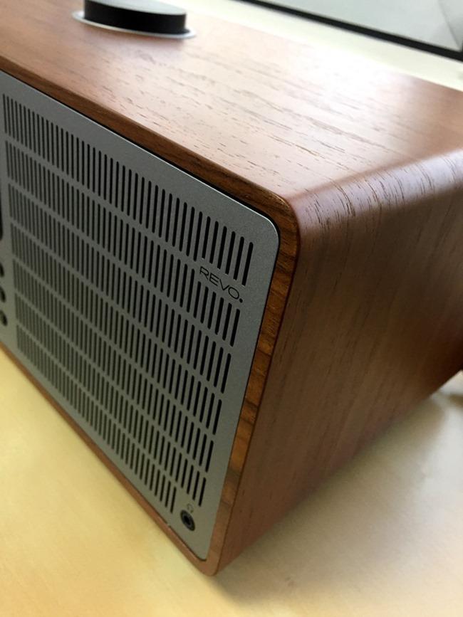 Un boitier bois avec une grille aluminium