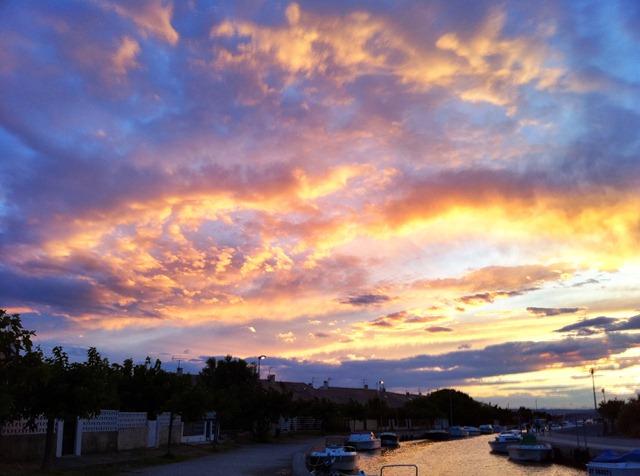 Le résultat HDR avec Pro HDR : le ciel garde ses couleurs chatoyantes et les maisons sont visibles.