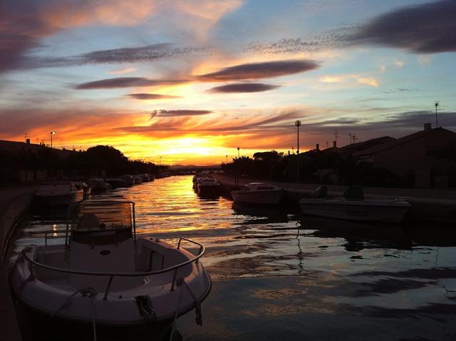 Le ciel correctement exposé, le bateau est trop sombre.