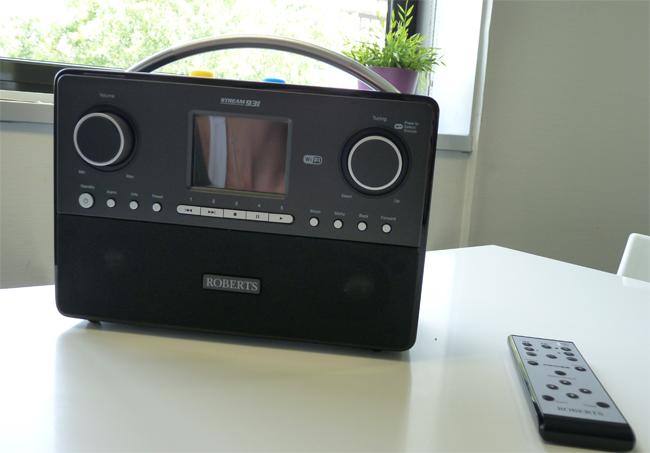 Poste de radio Web design avec poignée et télécommande