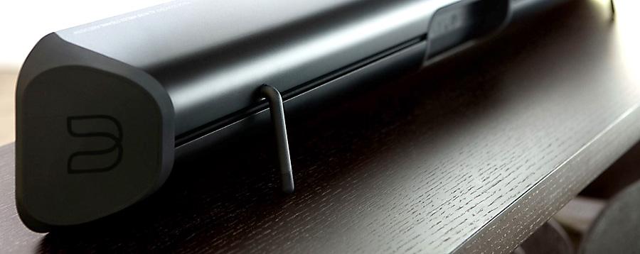 Installation de la barre de son TV Bluesound SOUNDBAR sur un meuble avec les pieds fournis