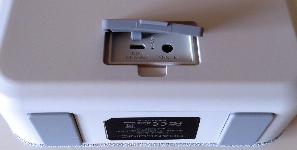 Les connectiques de la Scansonic BT150 : une entrée auxiliaire et un port de charge USB