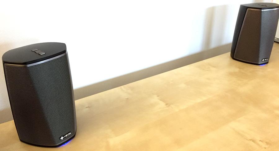 Deux enceintes sans fil WiFi HEOS 1 pour créer une paire stéréo avec séparation des canaux droites et gauches
