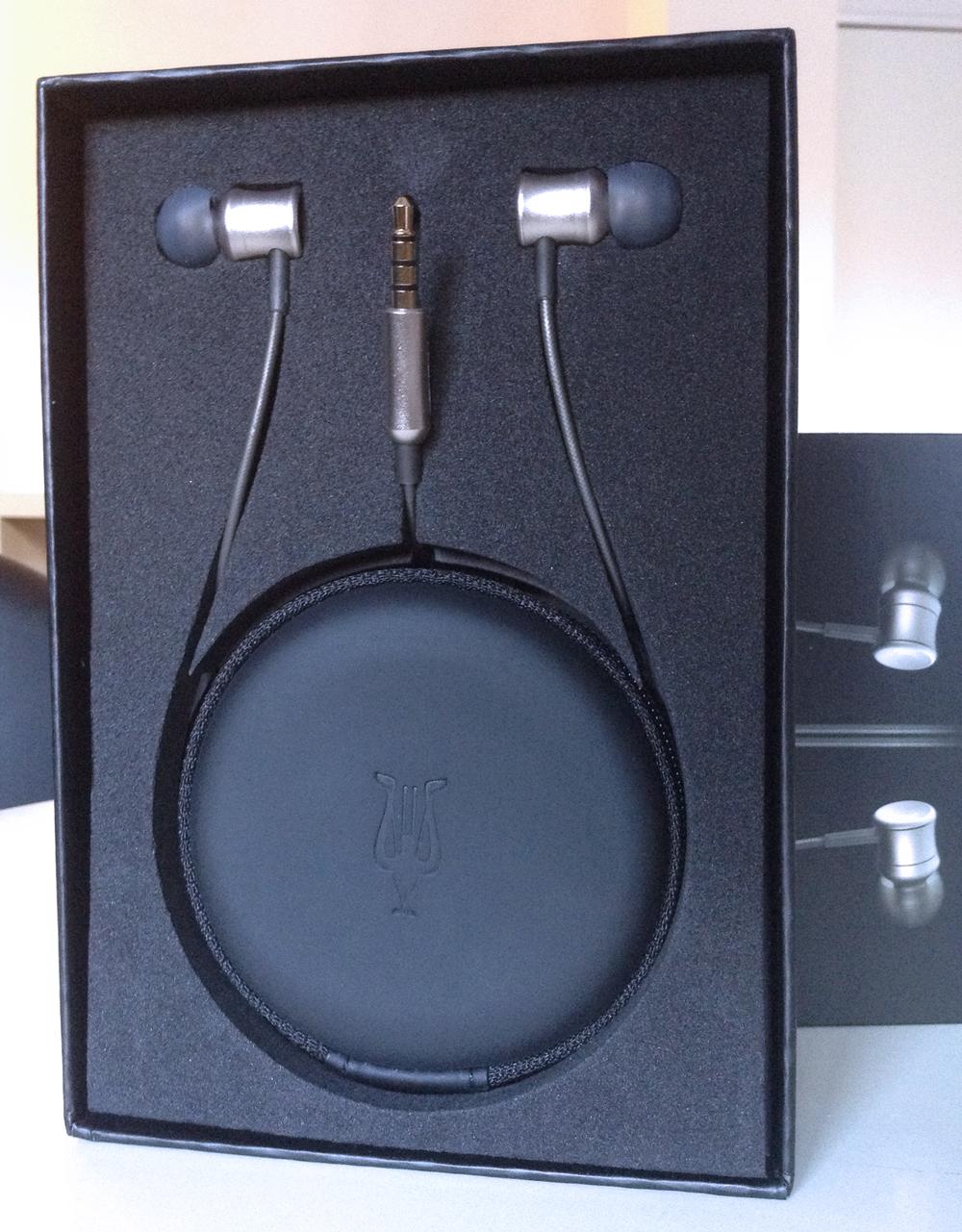 Déballage des écouteurs Meze Neo 11: le sac de transport et les écouteurs intra-auriculaires s'allient pour former le logo de la marque.