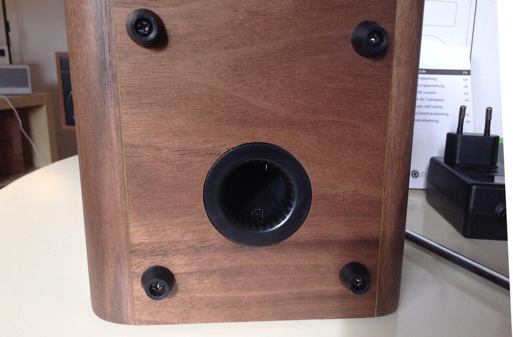 Détail du caisson bass-reflex du poste de radio compact Ruark Audio R1