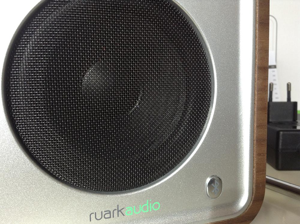 Détail du haut-parleur 3.5 à gamme étendue du poste de radio Ruark Audio R1