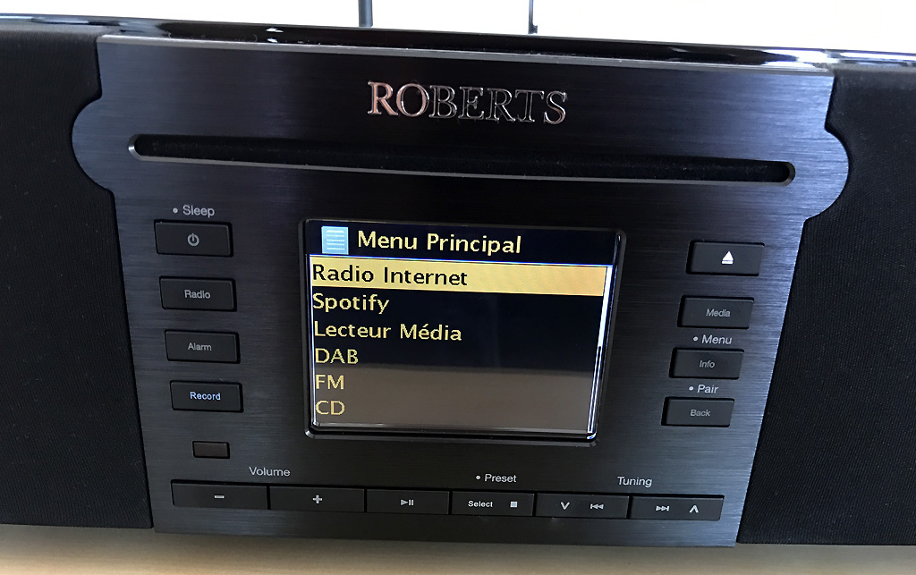 Un grand écran très lisible pour la navigation dans les sources musicales et les choix