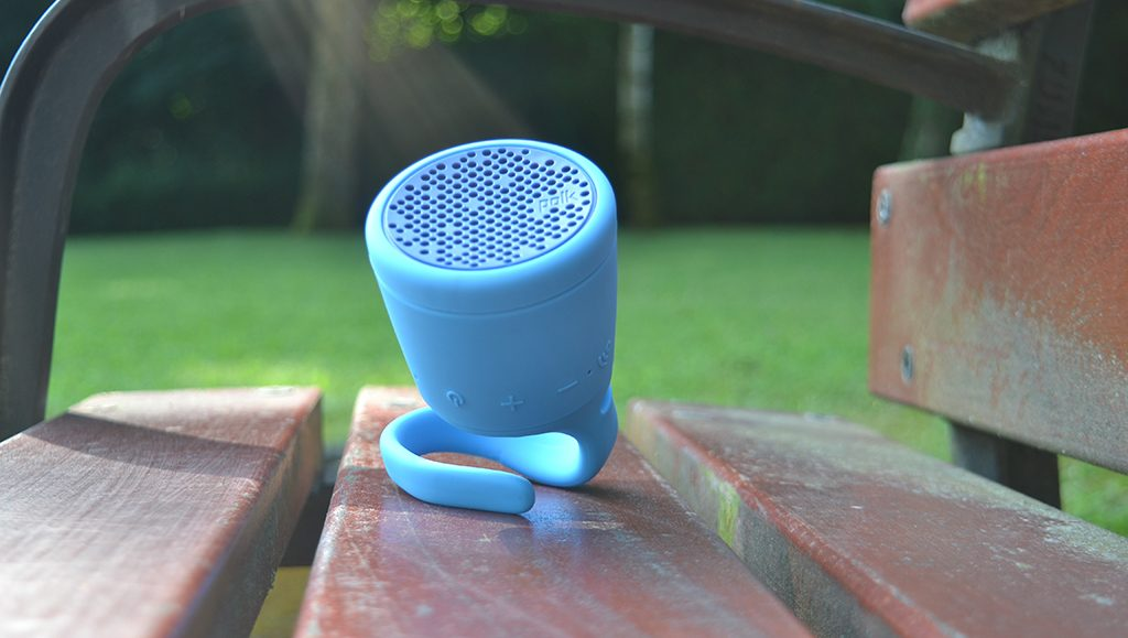 Test de l'enceinte Bluetooth Waterproof Polk Boom Swimmer Duo sur un Banc, dans un parc