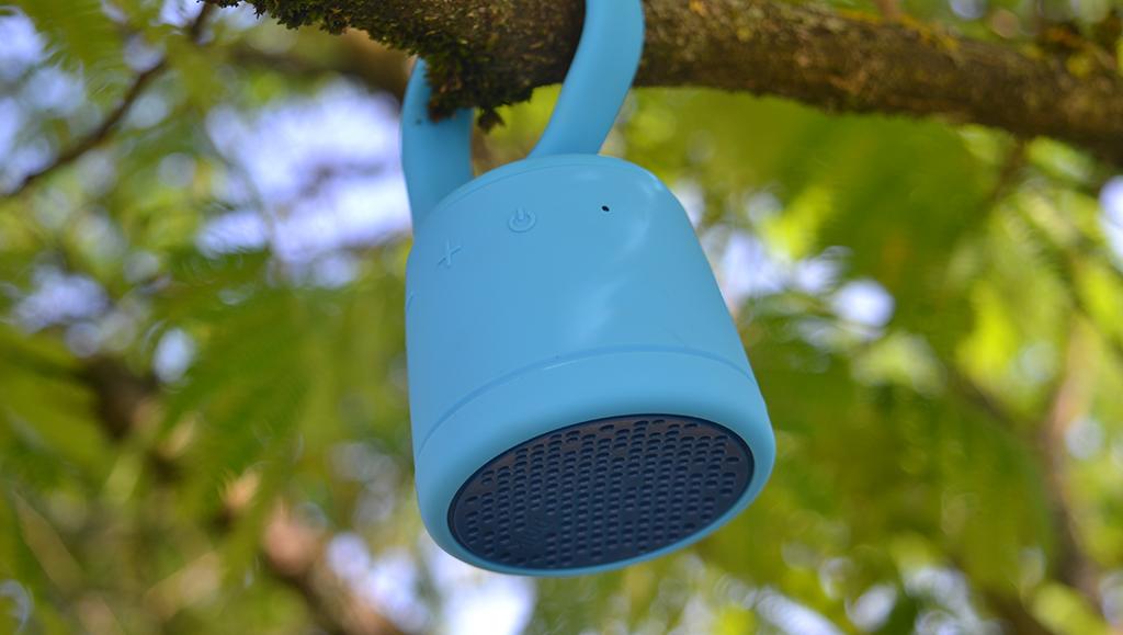 Test de l'enceinte Bluetooth Waterproof Polk Boom Swimmer Duo accrochée à la branche d'un arbre