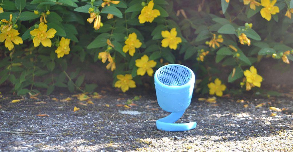 Enceinte Bluetooth Waterproof Polk Boom Swimmer Duo dans un jardin, en terasse