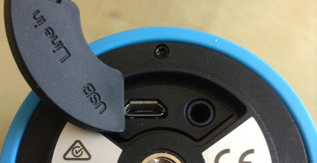 Connectiques de l'enceinte polk : alimentation micro-USB, entrée analogique mini-jack