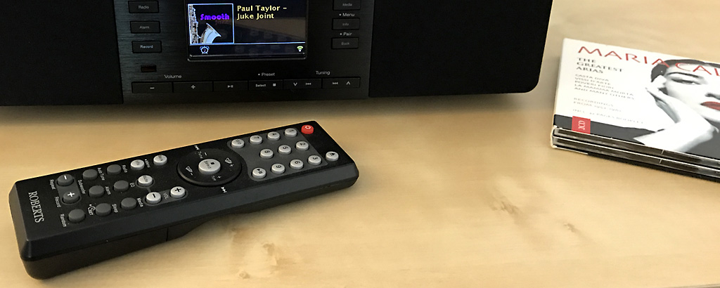 La télécommande infrarouge fourni avec le Roberts Stream65i