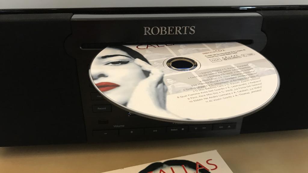Le lecteur de CD sur le poste de radio stéréo Roberts Stream 65i - modèle slot-in