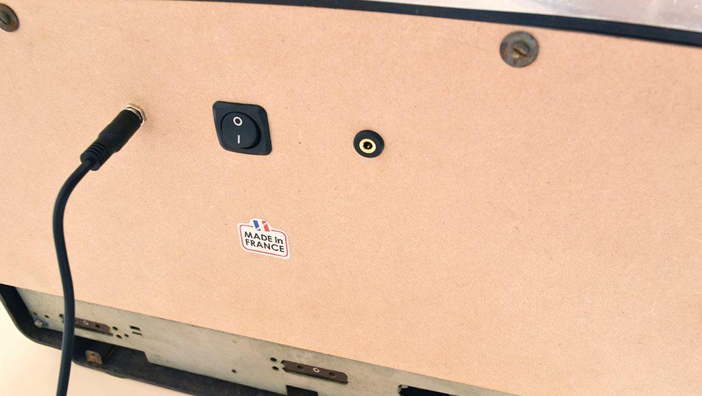 De gauche à droite : alimentation, bouton MARCHE/ARRÊT, entrée analogique mini-jack