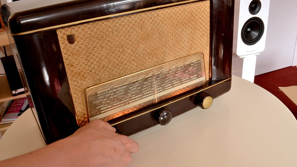 Le contrôle du volume se fait sur le bouton d'origine de la radio