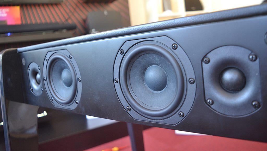 La position des hauts-parleur est bien pensée : il y a eu un gros travail acoustique.
