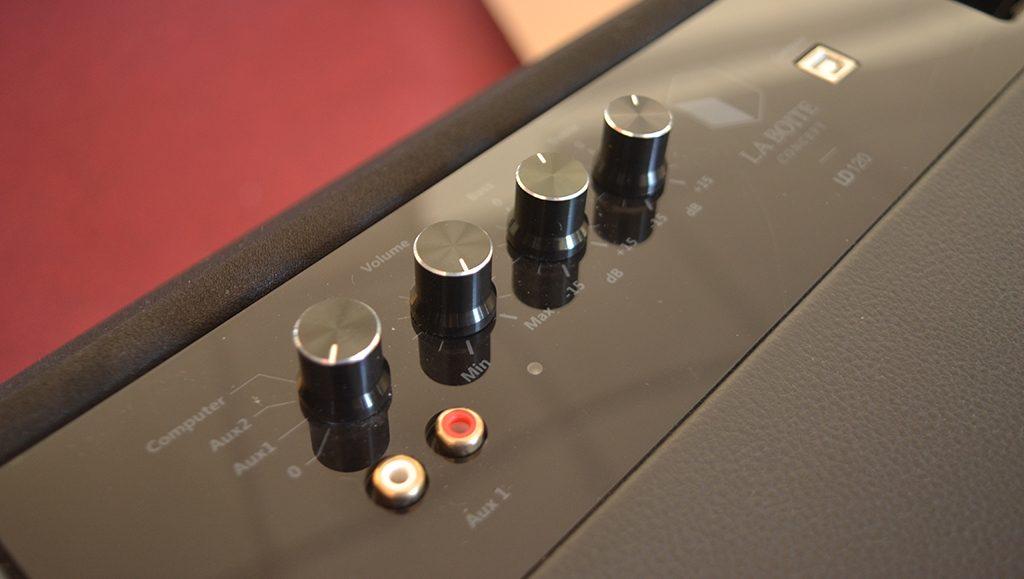 De gauche à droite : changement des sources, volume sonore, ajustement des basses et des aigus.