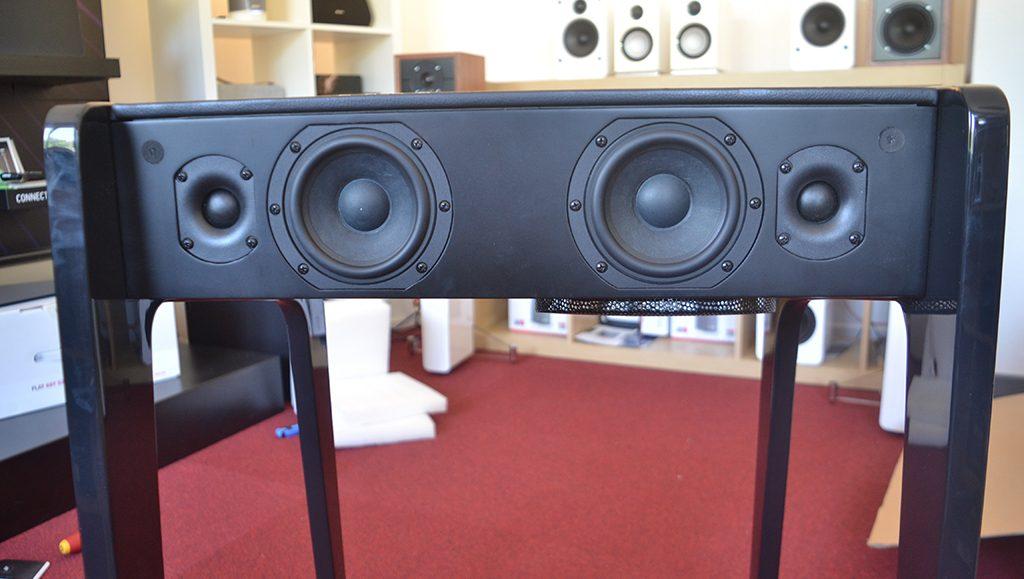 Fabriqué en France, le meuble sonore bénéficie d'un travail d'ébénisterie remarquable
