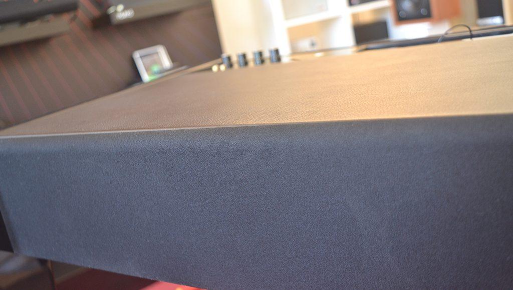 Les grilles de protection peuvent être placées sur l'avant et l'arrière du meuble sonore