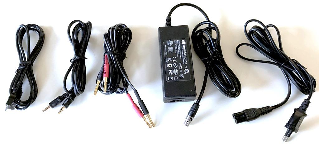 Les accessoires et les câbles USB, HiFi, audio et l'alimentation fournie