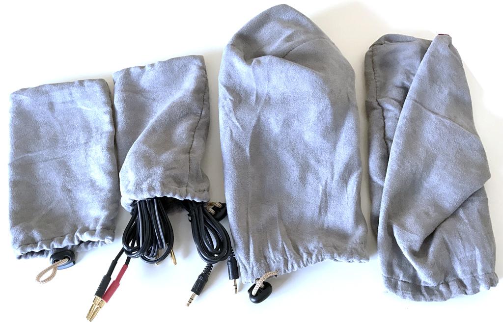 Les câbles et les accessoires fournis avec leur sac de transport