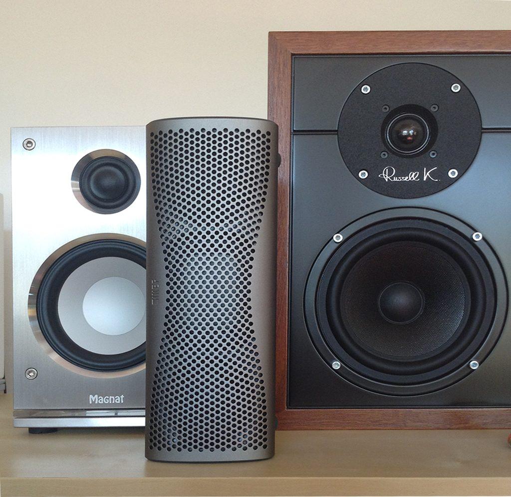L'enceinte sans fil KEF MUO peut être placée en position d'écoute horizontale ou verticale