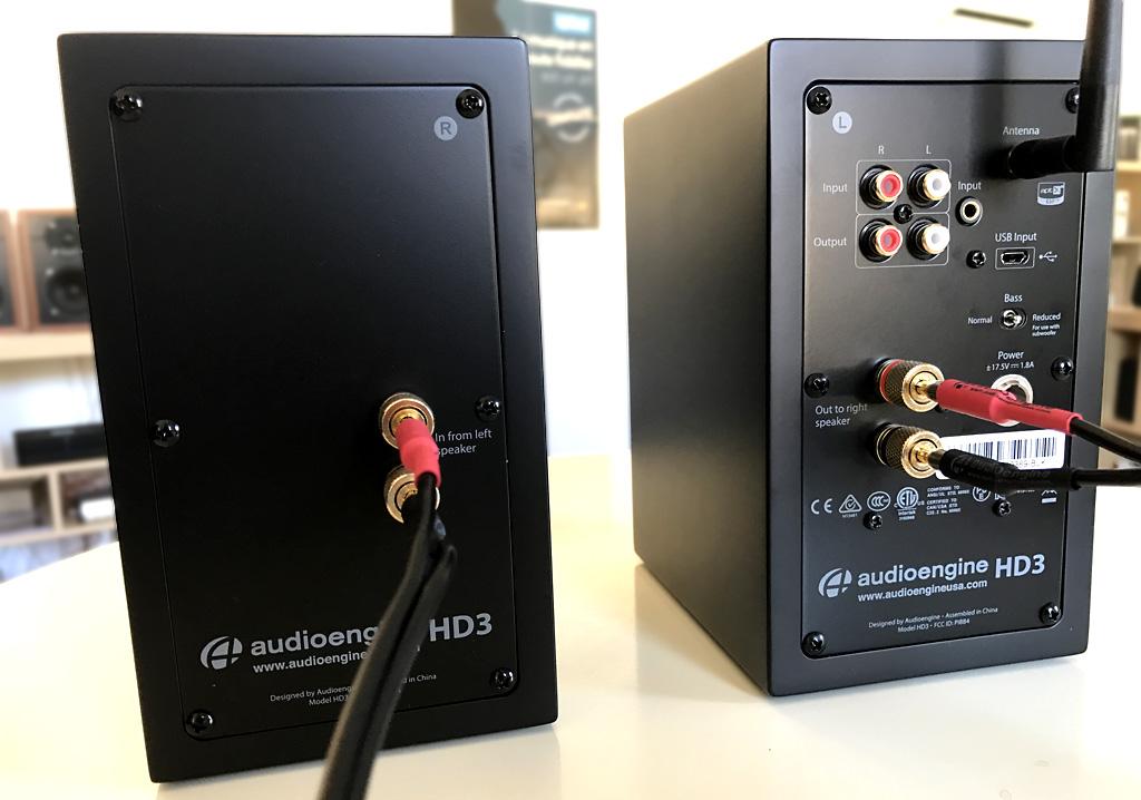 Faces arrières de l'enceinte passive (à gauche) et de l'enceinte active (à droite) avec les connectiques audio analogiques et numériques