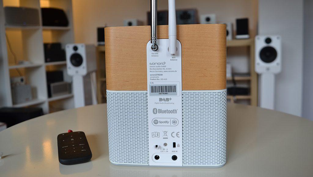 Les antennes FM, DAB et WiFi à l'arrière du poste de radio Sonoro STREAM