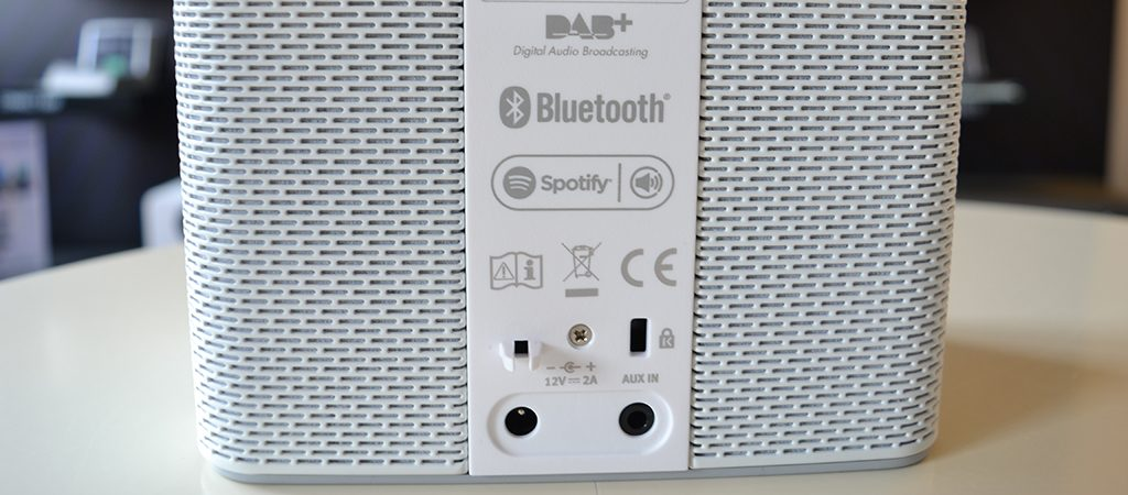 Une entrée analogique mini-jack et une entrée pour clé USB sont disponibles sur le poste de radio Internet Sonoro STREAM