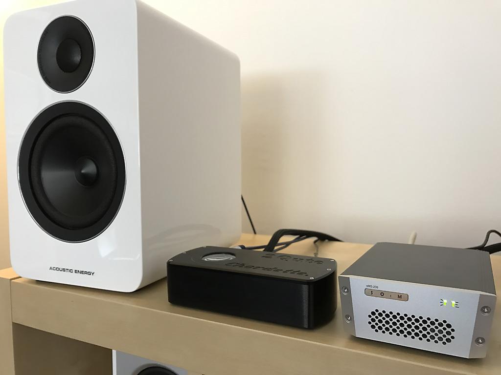 Configuration de démonstration au showroom avec le lecteur réseau HiFi SOtM sMS-200, le DAC USB 2Qute de Chord et les enceintes bi-amplifiées Acoustic Energy