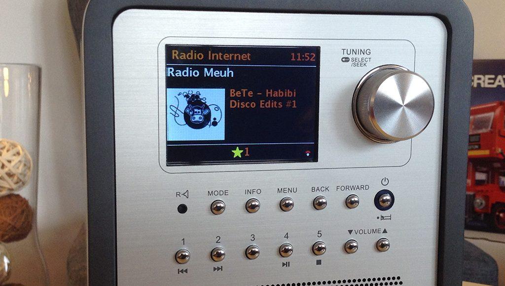 L'enregistrement et l'accès aux favoris se fait sur 5 boutons de mémoire situés à l'avant de l'appareil.