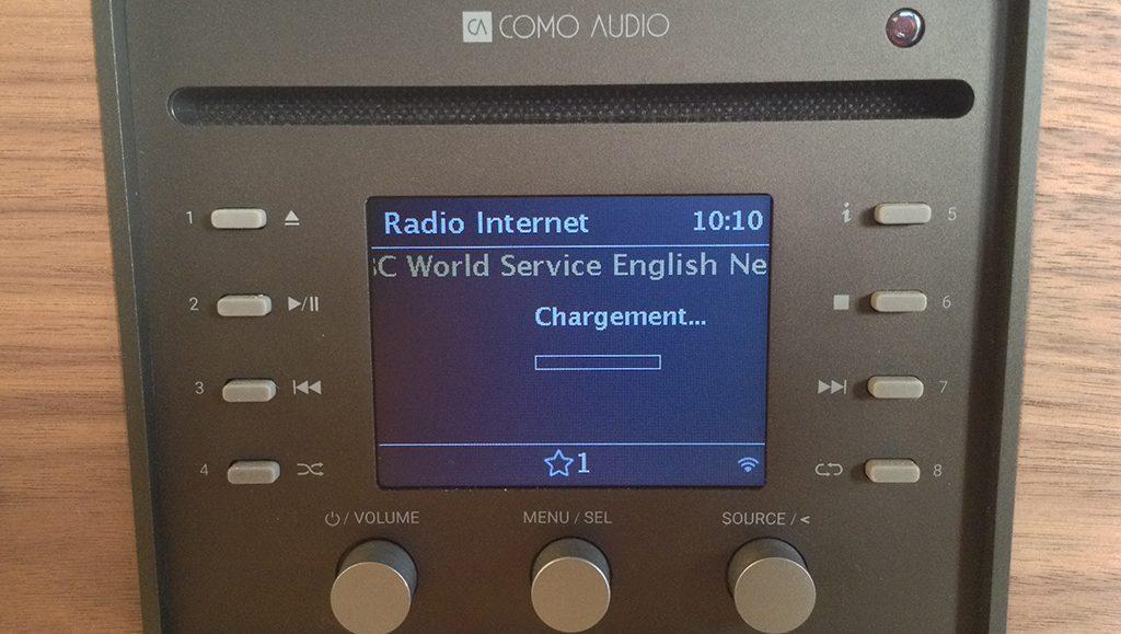 Le panneau de contrôle de la Como Audio : un grand écran couleur, 8 boutons mémoires pour les favoris et 3 molettes pour la navigation.