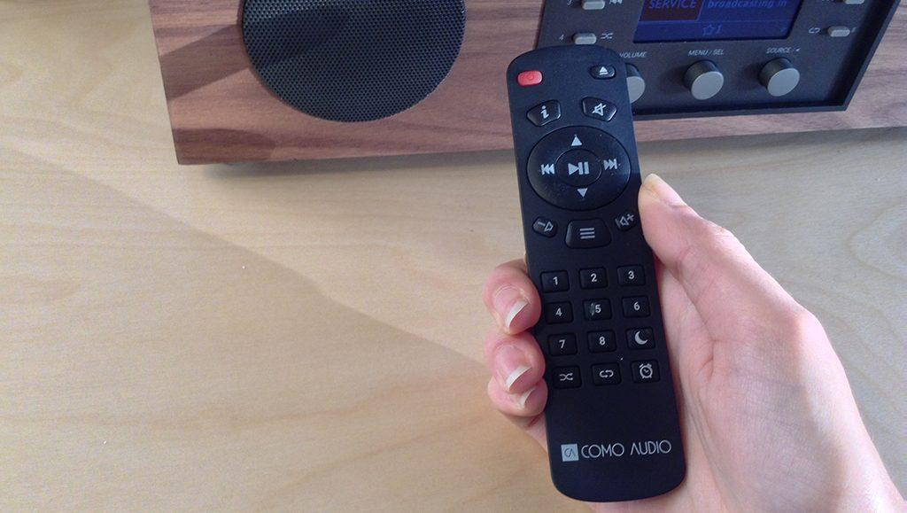 Avec la télécommande fournie, je contrôle la mini-chaîne HiFi Como Audio Musica à distance.