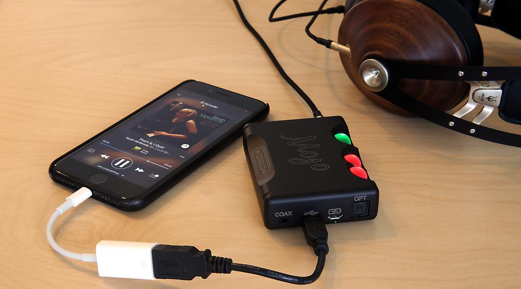 Le DAC audio Mojo avec l'iPhone en liaison USB et Lighting par deux câbles