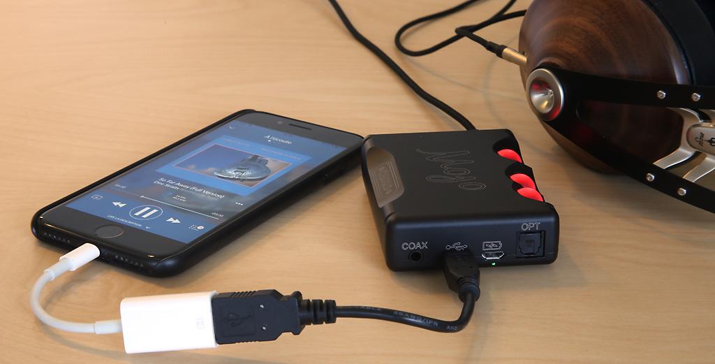 Ecoute avec mon iPhone et l'application Qobuz comme source, casque Meze branché sur le DAC nomade Mojo