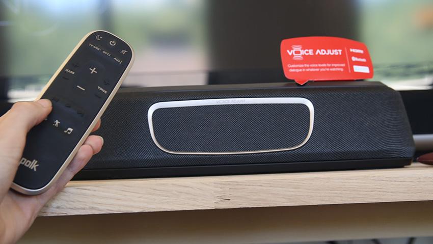 Avec la télécommande fournie, je peux ajuster le volume des voix et des graves pendant le film.