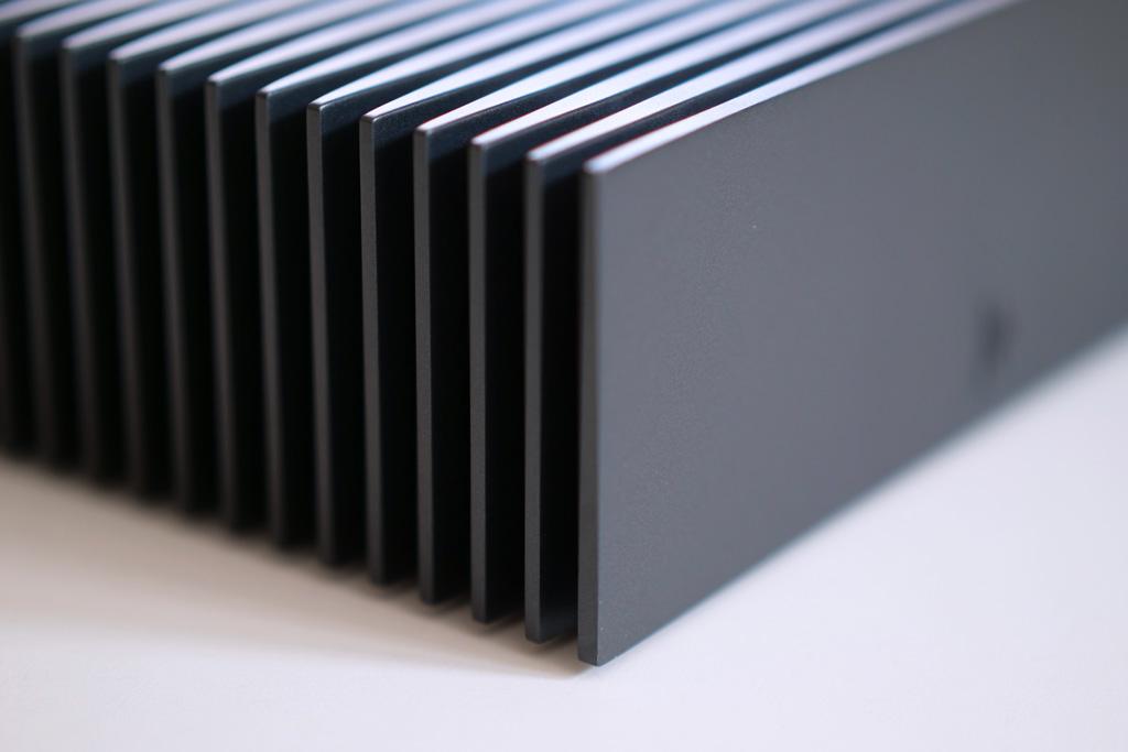 Le boitier en aluminium du serveur musical Roon Nucleus avec ses ailettes pour le refroidissement passif