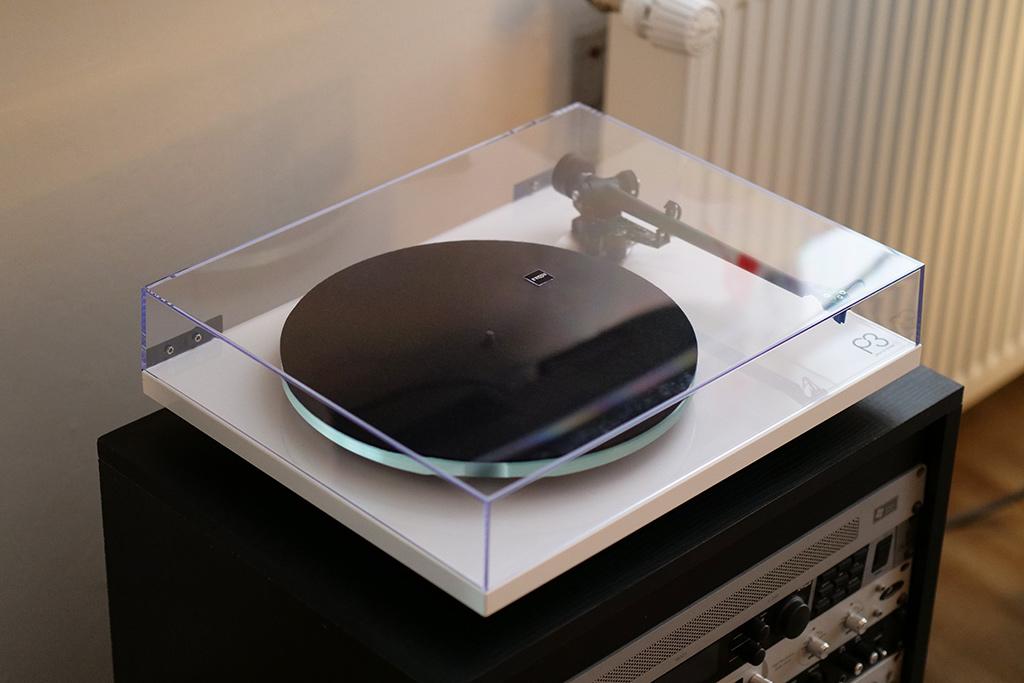 La platine Rega P3 avec son couvre-plateau en acrylique.