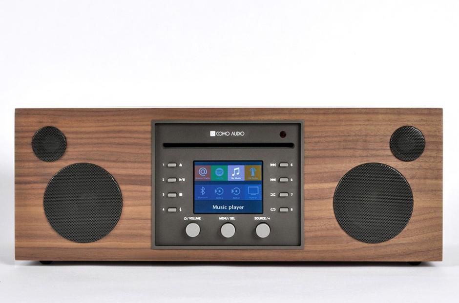 La mini-chaîne Como Audio Musica peut être contrôlée intégralement via les boutons et l'écran en façade.