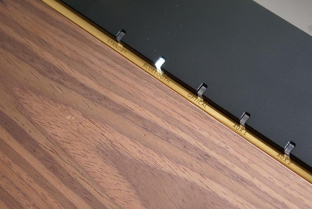 Chaque source est accompagnée d'une petite LED pour connaître celle en cours d'écoute.