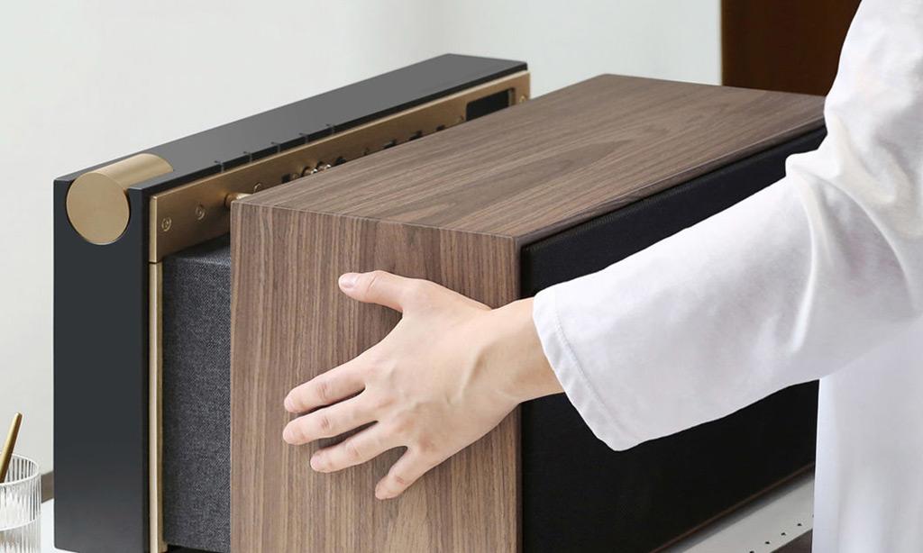 Le capot en bois s'enlève de cette façon, il est retenu par des aimants invisibles.