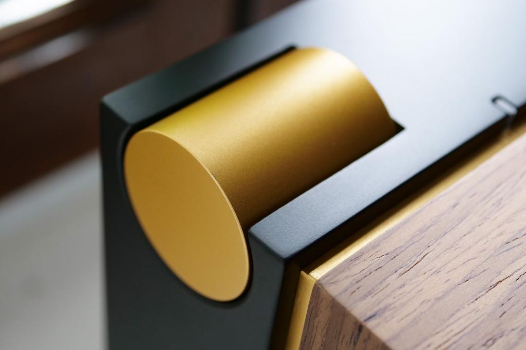 La grosse molette de volume en finition laiton sert à également à passer d'une source à une autre.