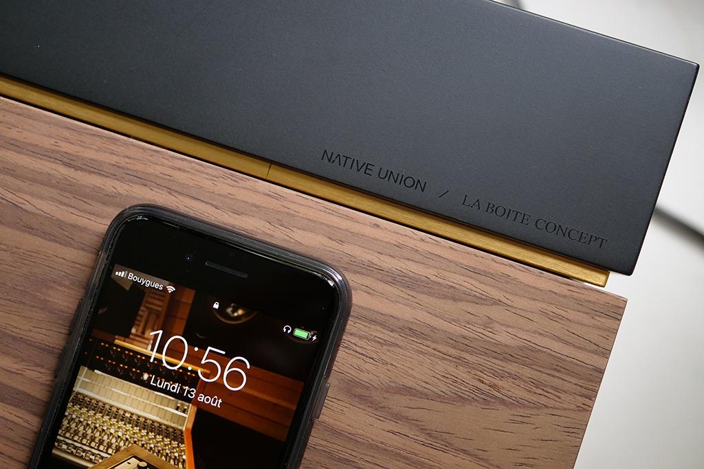 La toute petite marque noire sur le bandeau en laiton indique l'alignement du smartphone pour la recharge sans fil.